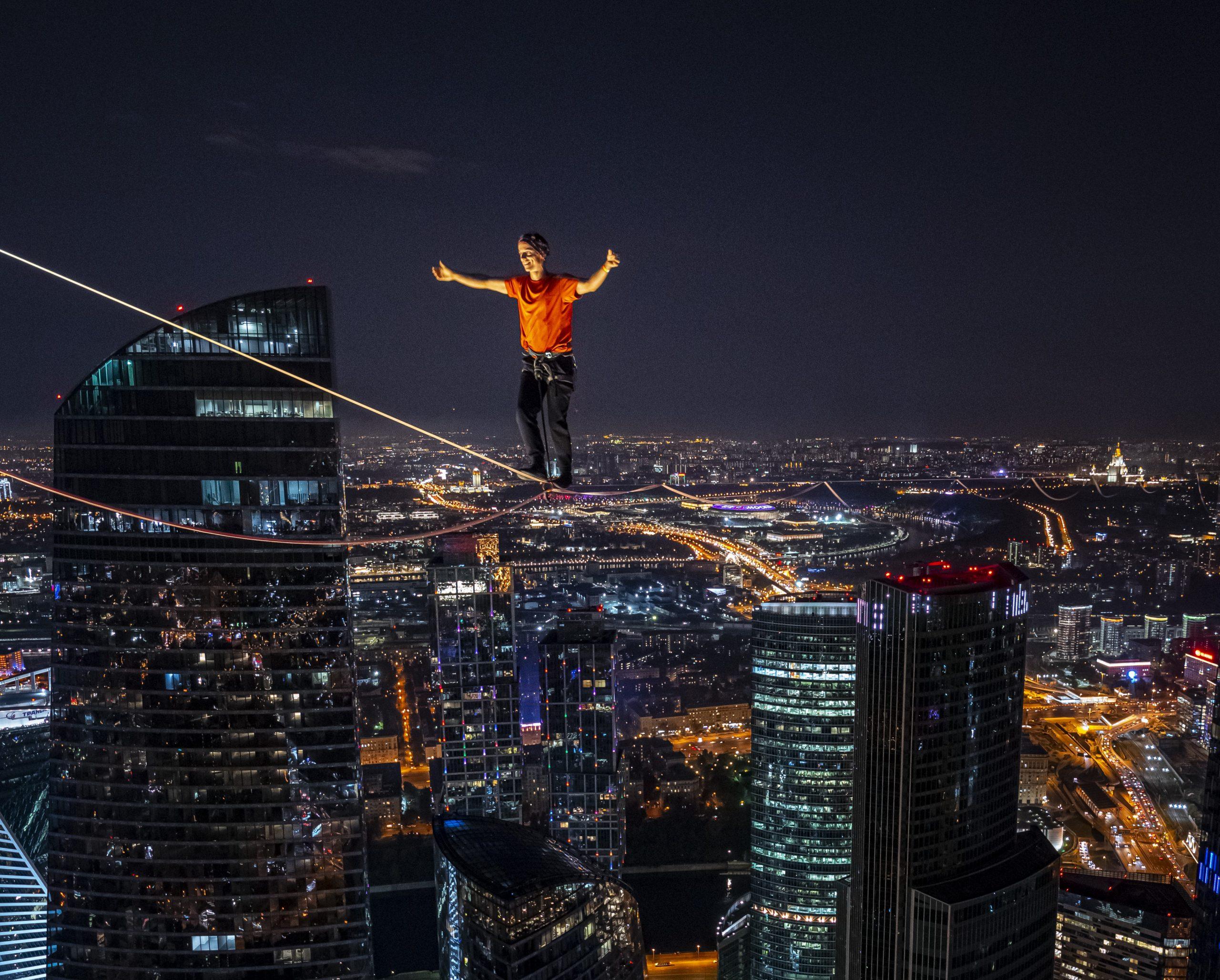 slackline highline friedi kühne moscow moskau urban world record guinness weltrekord oko tower